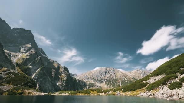 Tatra National Park, Polsko. Klidné jezero Czarny Staw pod Rysou a Letní horskou krajinou. Krásná příroda, Scénický výhled na údolí pěti jezer. Seznam světového kulturního dědictví UNESCO