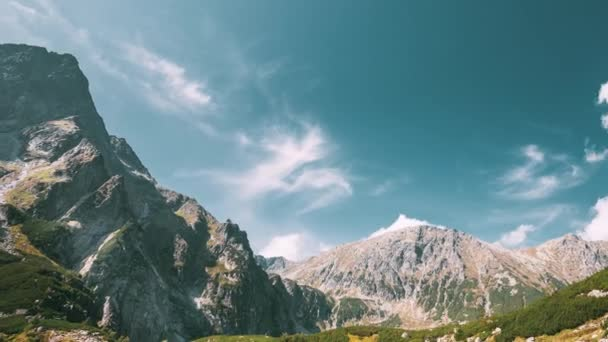 Tatra National Park, Polsko. Klidné jezero Czarny Staw pod Rysou a Letní horskou krajinou. Krásná příroda, Scénický výhled na údolí pěti jezer. Seznam světového kulturního dědictví UNESCO.