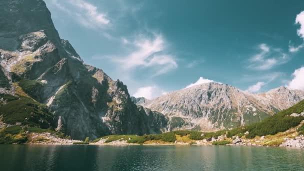 Tatranský národní Park, Polsko. Klidná jezera Czarny Staw pod Rysy a letní hory krajina. Krásná příroda, vyhlídku z pěti jezer údolí. Světového dědictví UNESCO