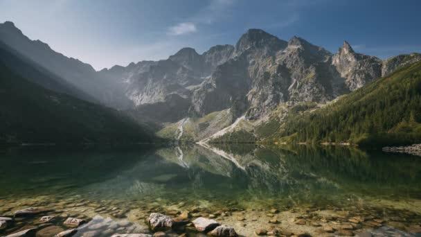 Tatra National Park, Polsko. Slavné hory Lake Morskie Oko Or Sea Eye Lake In Summer Morning Sunrise. Krásné sluneční paprsky nad Tatranským jezerem.