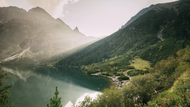 Tatra National Park, Polsko. Slavné hory Lake Morskie Oko nebo Sea Eye Lake In Summer Evening. Krásný západ slunce Sluneční paprsky nad Tatranským jezerem.