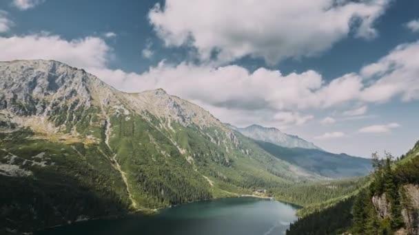 Tatranský národní Park, Polsko. Slavné hory Lake Morskie Oko nebo jezero mořské oko v letním dni. Topw pohled krásné Tatry jezero krajiny. Mezinárodní světové sítě rezerv. Příroda v Polsku