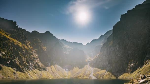 Tatranský národní Park, Polsko. Klidná jezera Czarny Staw pod Rysy a letní hory krajina. Sluníčko s paprsků nad krásnou vyhlídku z jezera. Světového dědictví UNESCO. Příroda v Polsku