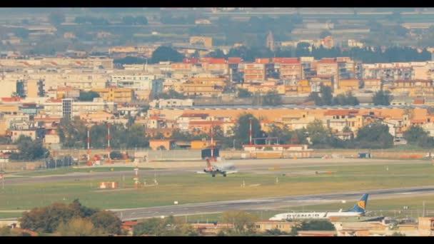 Osobní letadlo letadlo je přistání na letišti