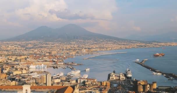 Napoli, Italia. Vista dallalto skyline urbano di Napoli con il Vesuvio e il Golfo di Napoli