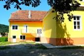 Tipikus vidéki táj és a paraszti házak a faluban Turista lakosztály, Erdélyben, Romániában. A település a Szász telepesek a tizenkettedik század közepén alapította