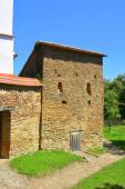 Tipikus vidéki táj és paraszti házak Mesendorf faluban (Meschenderf, Meschendorf, Mesche), Erdély, Románia. A települést a Szász telepesek alapították a 12-edik század közepére.