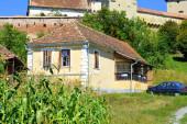 Tipikus vidéki táj és paraszti házak a faluban Alma VII (Almen) Erdélyben, Romániában. A települést a Szász telepesek alapították a 12-edik század közepére.