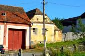 Tipikus vidéki táj és parasztházak a faluban Jibert, Erdély, Románia. A települést a szász telepesek alapították a 12. század közepén.