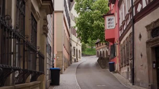 Blick auf alte malerische Straße mit Fachwerkhäusern in Schwäbisch Hall, Deutschland