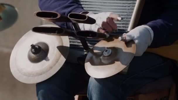 utcai zenész játszik hangszer, cintányél. Kezeket a kesztyű közelről