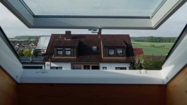 horbach, Deutschland - 5. Mai 2019: offenes Dachfenster, Dachfenster mit schönem Blick auf bayerisches Traditionshaus am sonnigen Tag