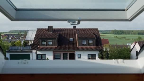 horbach, deutschland - 5. Mai 2019: kamera aus offenem dachfenster, schöner blick auf traditionelles bayerisches haus in der vorstadt bei sonnigem tag