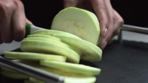 krásné ženské ruce dát krájené vegetariánské jídlo, cuketa