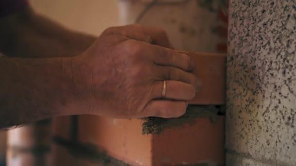 Zdivo proces s rukama. Stavební dělník je zdění jeden přes druhého