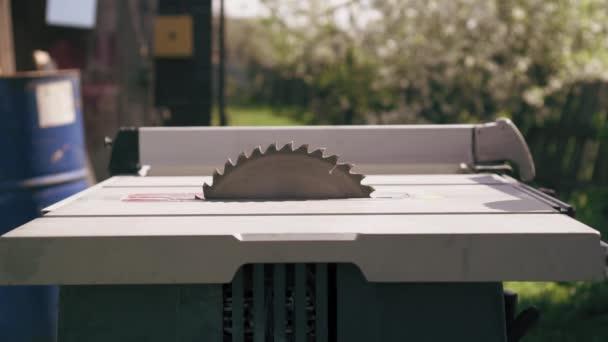 Kotoučová pila začne fungovat. Zpomalený pohyb rotační disk průmyslové stacionární kotoučová pila.