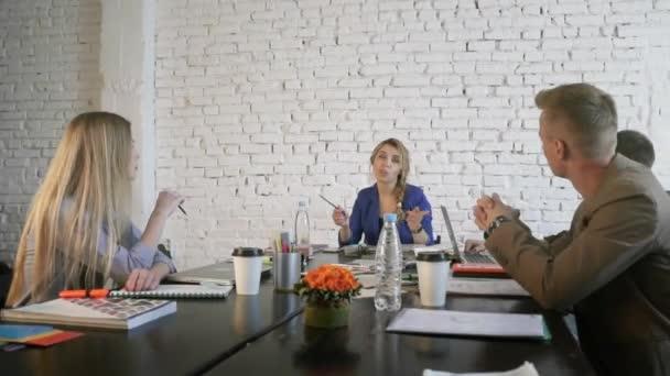 Lavorare In Ufficio Yahoo : Incontro di team di lavoro creativo in ufficio moderno capo