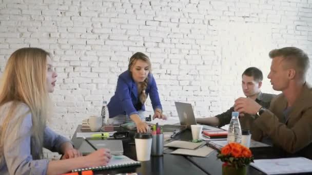 Obchodní partnerství. Kreativní podnikání tým diskutuje o nové nápady v moderní kanceláři. Obchodní žena komunikuje s zaměstnanci