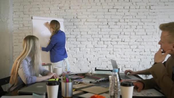 Žena manažerka vysvětlit kolegům obchodní strategii a kreslení grafu na obchodní konferenci