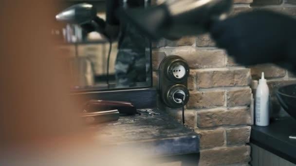 Fodrász-szakmai fekete kesztyűt dugók a hajszárító, egy konnektorhoz, fodrászat