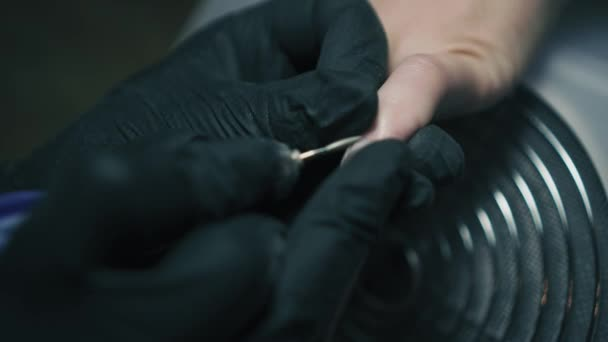Detailní záběr beautivian je odstranění kůžičky z Zenske hřebík v nehtové studio. Profesionální manikúra léčba