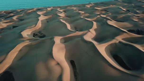 Pouštní krajina, nádherné písečné duny v západu slunce světlo. Anténa: horizont s oringe poušť a modrý oceán. Gran Canaria