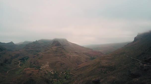 Létání nad horské útesy. Majestátní příroda krajina s mlžné horské vrcholy a lonely silnic. Antény. Gran Canaria