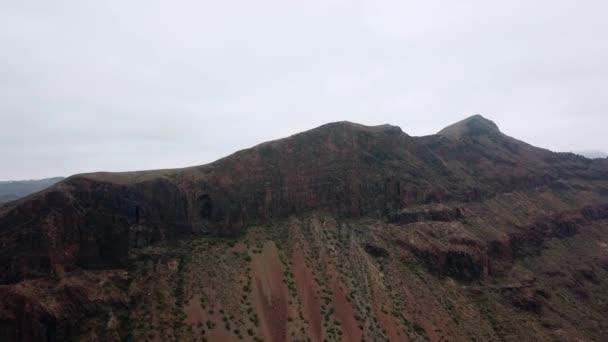 Ptačí pohled na horský hřeben s vysoké vrcholy dotýkají mraky. Majestátní příroda krajina s horské útesy. Antény. Gran Canaria