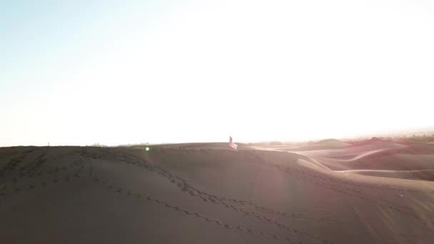 Krásná žena stojí na písečné duně uprostřed pouště v měkce slunce světlo. Nádherná příroda. Gran Canaria