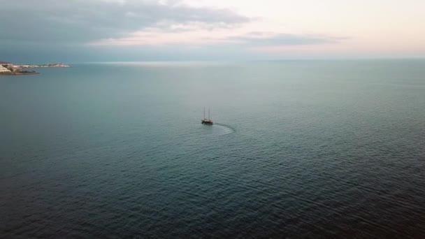 Letecký pohled na malých lodí na otevřené moře při západu slunce. Horizontální pohled na modrý oceán vody a růžové nebe. Letní cestování cruise. Gran Canaria.