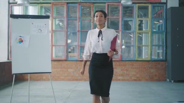 Obchodní afroameričanka chodí do kanceláře a dává dokumenty zaměstnanci. Mužská zaměstnankyně se setkává s ním a vítají se navzájem. Kreativní kancelářskou životnost