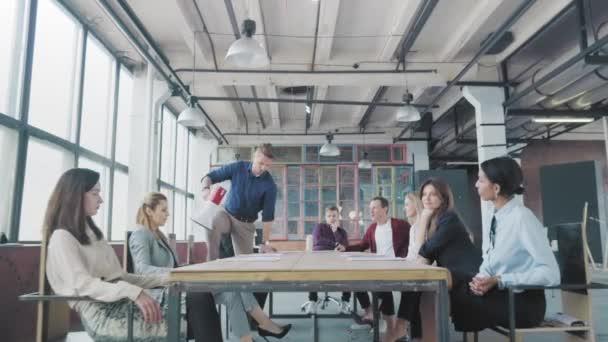Der Manager beginnt auf dem Tisch zu tanzen, singt in ein Megafon, gibt Gas und rutscht auf dem Schoß. Mitarbeiter feiern Erfolge. Geschäftsteam für Firmenfeiern