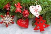 Vánoční bílé dřevěné pozadí pohled shora. Šablona pro nový rok prostor pro text. Maketa pro reklamu, gratulujeme. Sváteční pozdrav karty Design. Vánoční dřevěné pozadí s větvemi jedlí