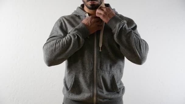Maglione di apertura uomo culturista su torso muscoloso nudo