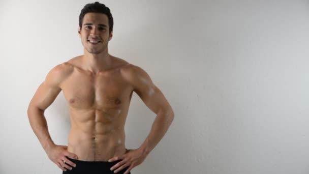 Félmeztelen jóképű sportos fiatal férfi a fehér