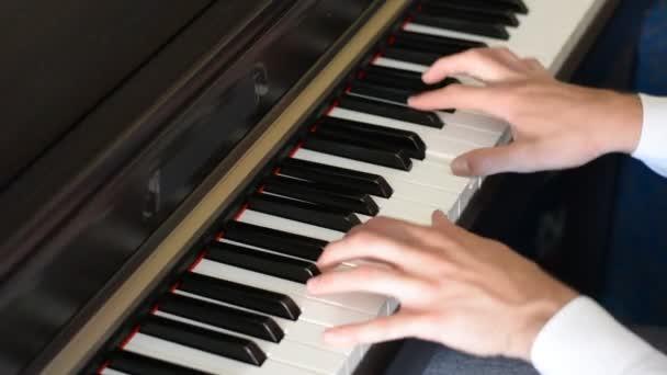 Männliche Hände beim Klavierspielen im Haus