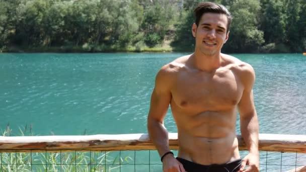 Mann lächelnd an einem See oder Fluss