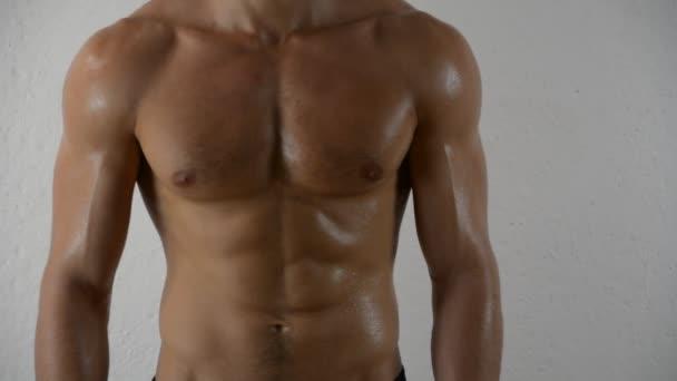A topless izmos ember közeli képe
