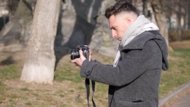 Hübscher Junge männliche Fotografen Dreharbeiten Videomaterial außerhalb