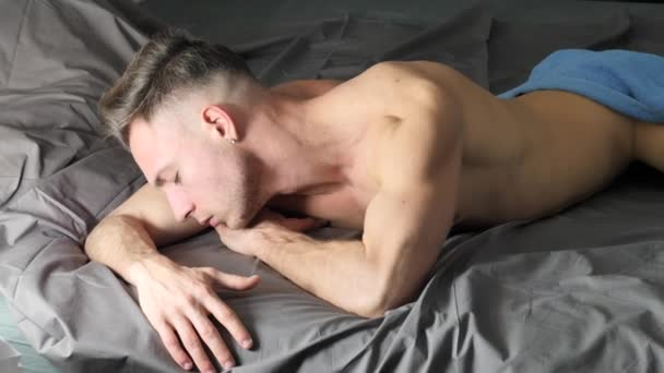 sexy nackten jungen Mann auf dem Bett zu Hause