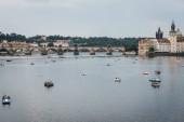 Praha, Česká republika - 23. srpna 2018: panoramatický pohled šlapadla na Vltavě v Praze, Karlův most na pozadí. Vltava je nejdelší řeka v České republice.