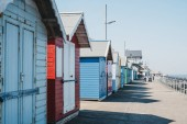 Photo Colourful beach huts by the sea in Sheringham, Norfolk, UK, peop