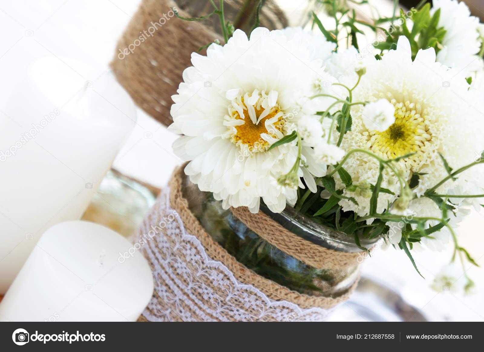 Weisse Blumen Und Kerzen Hochzeit Tischdekoration Stockfoto