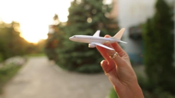 Letadlo hračka v rukou ženy simuluje letu.