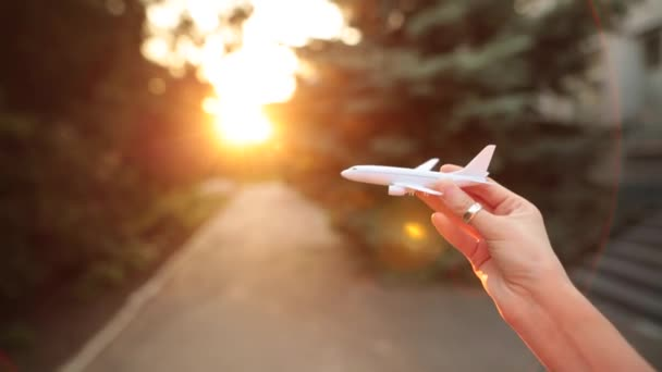Plastová hračka letadlo v ruce simuluje letu.