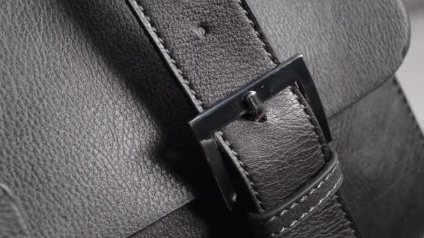 Detail z ženské kabelku. Black přírodní nebo umělé kůže.