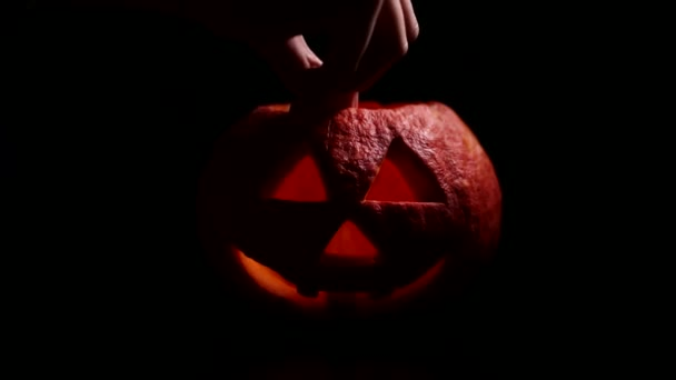Děsivé Jack olantern. Vyřezávané dýně halloween osvětlena svíčka ve tmě