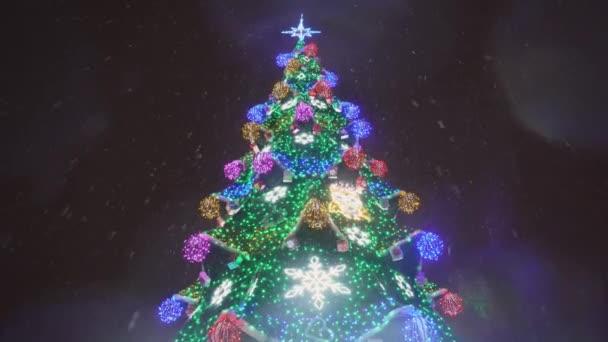 Zasněžené vánoční stromeček s více barevných světel v noci v rozlišení 4k.