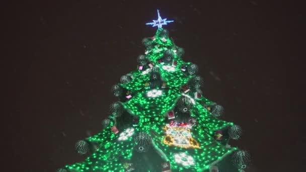 Slavnostní vánoční strom s barevné indikátory v noci v rozlišení 4k.