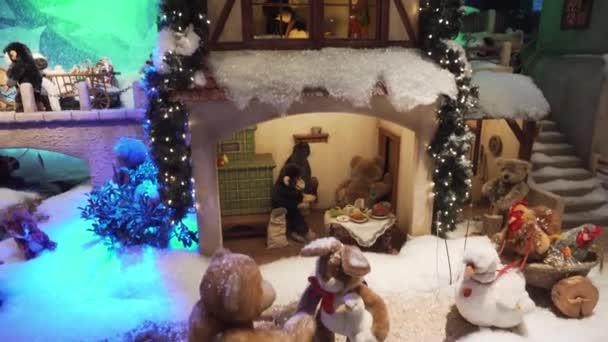 München, Deutschland - 20.11.2018: Weihnachtskomposition. Traditionelles Münchner Spielzeug im Schaufenster.